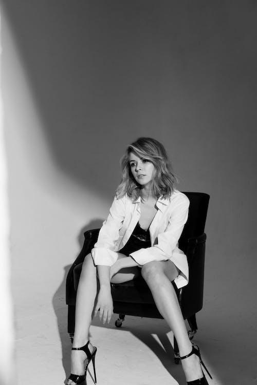 Foto profissional grátis de escala de cinza, monocromático, mulher