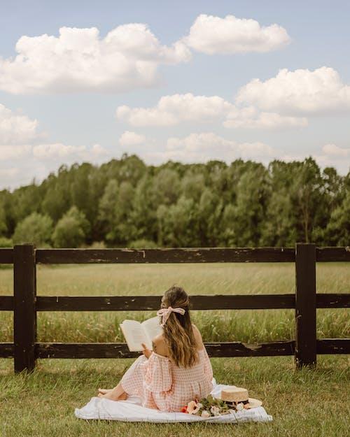 Бесплатное стоковое фото с вертикальный, вид сзади, деревянный забор