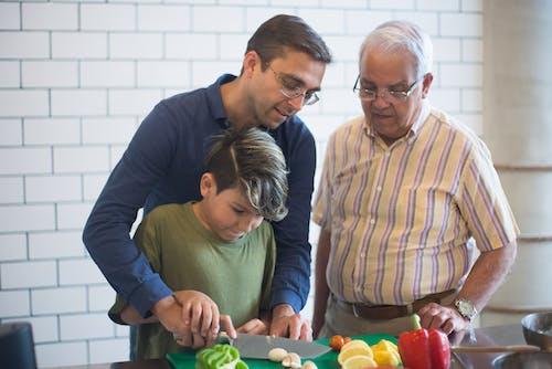 Fotos de stock gratuitas de a rayas, abuelo, adolescente