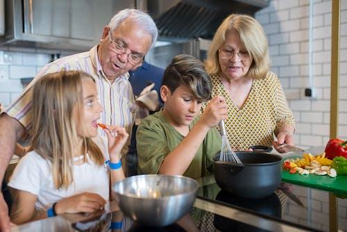 Fotos de stock gratuitas de abuelos, anciano, aprendiendo