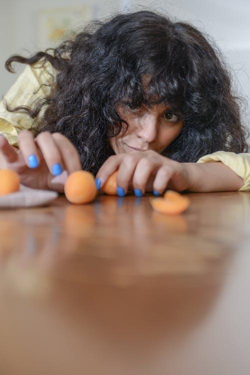 Foto profissional grátis de adulto, alimento, cabelo cacheado