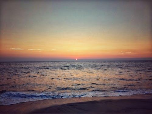 Foto profissional grátis de água, areia, beira-mar, crepúsculo