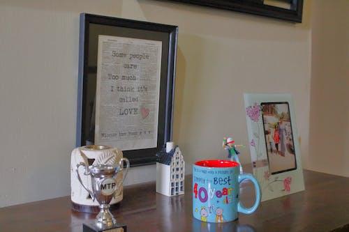咖啡桌, 杯子, 畫框 的 免费素材照片