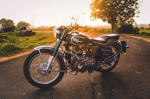 Foto d'estoc gratuïta de automòbil, bici, bici vintage