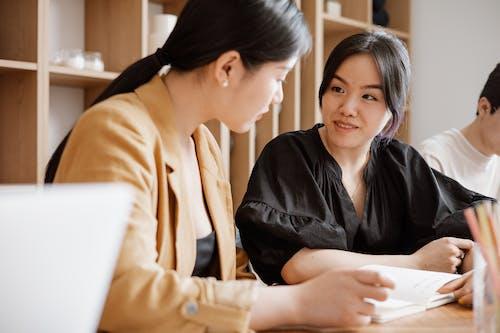 Gratis stockfoto met Aziatische vrouwen, baan, binnen