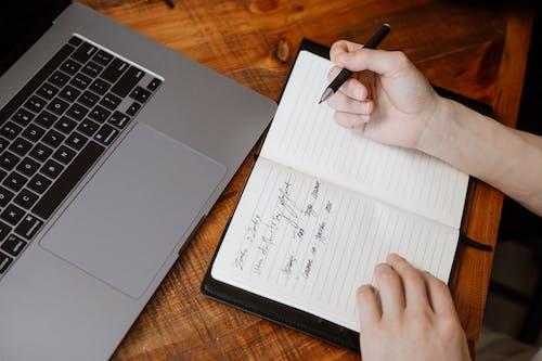Gratis arkivbilde med arbeid, arbeide, bord
