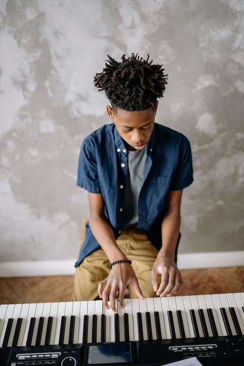 Gratis stockfoto met afro-amerikaanse jongen, elektronisch toetsenbord, gekleurde jongen