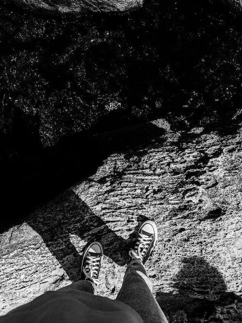 Fotobanka sbezplatnými fotkami na tému cestovať, chlapec, čiernobiely