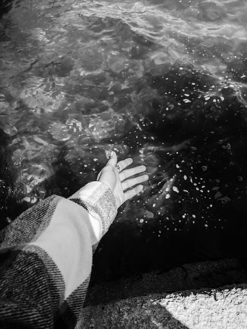 Fotobanka sbezplatnými fotkami na tému bubliny vo vode, čiernobiely, čierny abiely