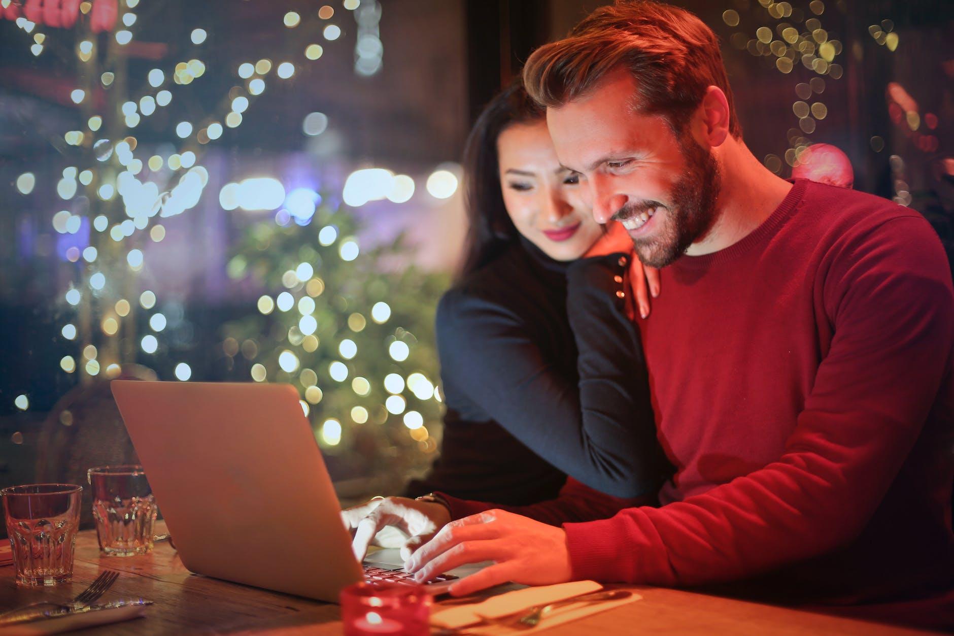 Casal observa computador | Planos TIM Live Internet