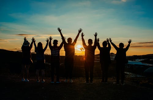 Foto profissional grátis de amigos, ao ar livre, cair da noite, céu