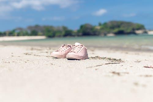 Δωρεάν στοκ φωτογραφιών με αθλητικά παπούτσια, άμμος, ζεύγος, ηλιόλουστος