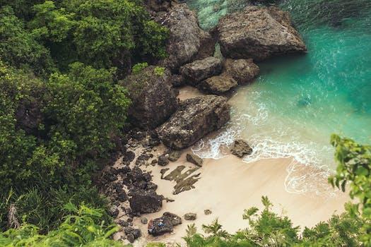 Vista aérea de la costa cerca de grandes rocas grises
