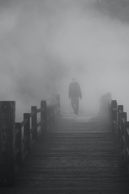 Fotos de stock gratuitas de blanco y negro, brumoso, con neblina