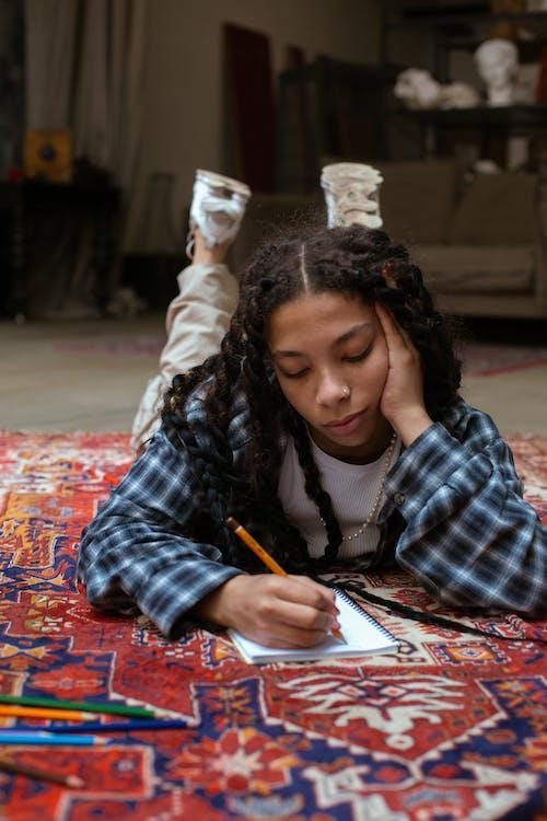 Gratis arkivbilde med afrikansk-amerikansk, blyant, gulv