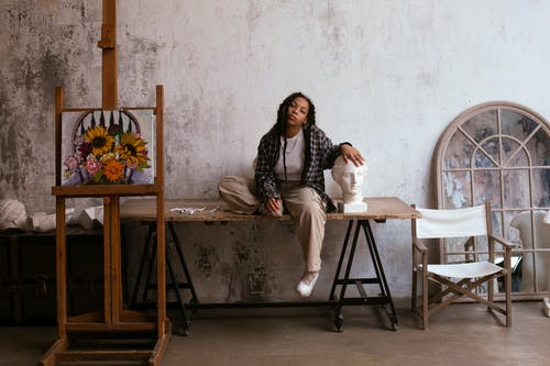 Gratis arkivbilde med afrikansk-amerikansk, artist, bord