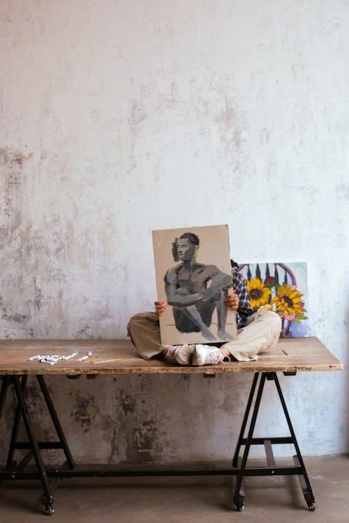Gratis arkivbilde med artist, bord, gjemme seg