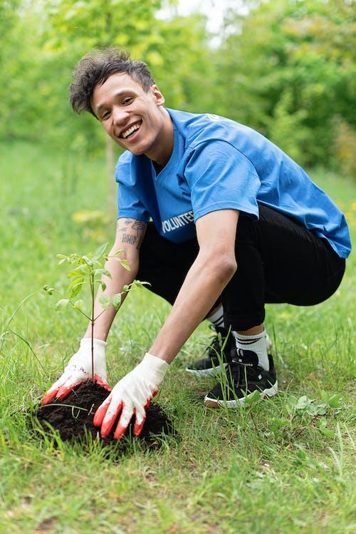 adam, bahçe bakımı, bahçecilik içeren Ücretsiz stok fotoğraf