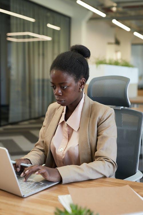 Foto d'estoc gratuïta de assegut, dona afroamericana, empleat
