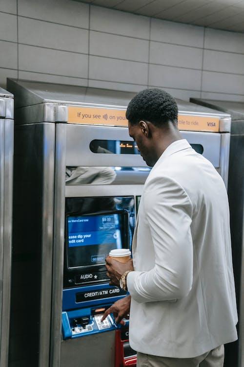 Mann, Der Einen Geldautomaten Benutzt