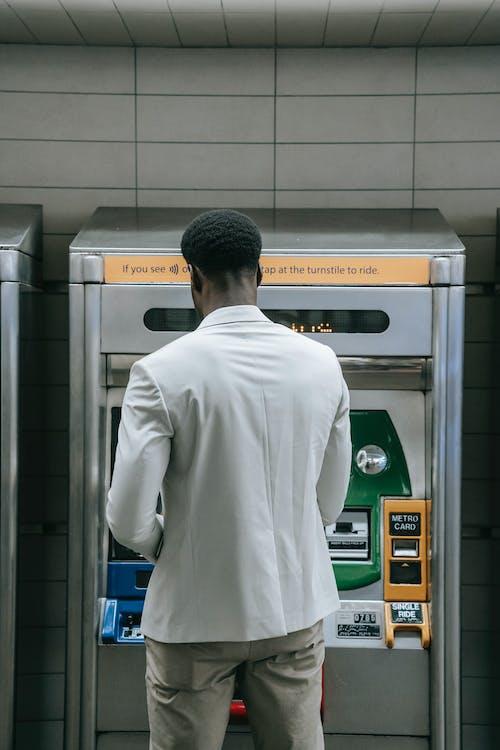 Kostenloses Stock Foto zu rückansicht, schwarzer mann, stehen