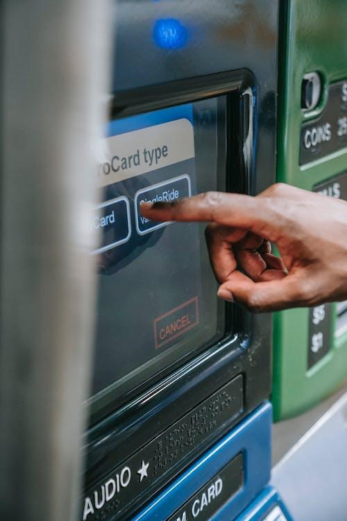 Persoon Die Geldautomaat Gebruikt