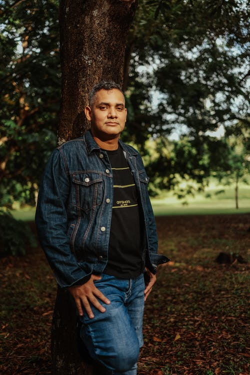 Foto profissional grátis de adulto, ao ar livre, árvore