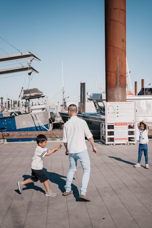 お父さんと一緒に遊ぶ子供たち
