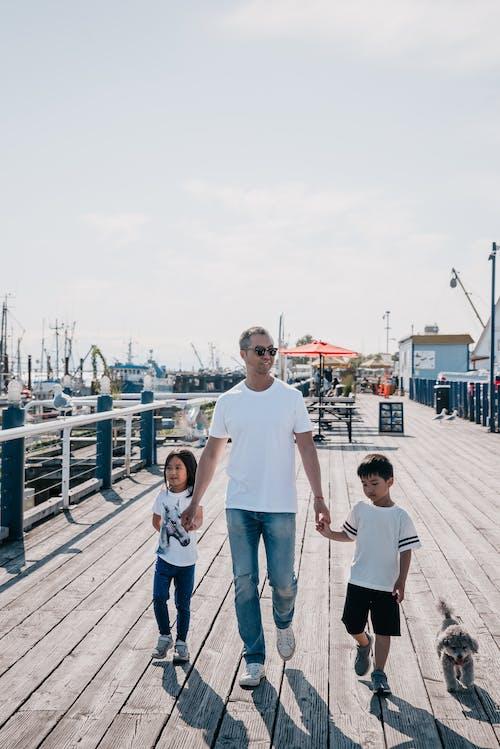 一家人一起走在木板路上