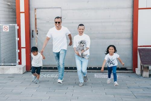 カメラに向かって走っている幸せな家族