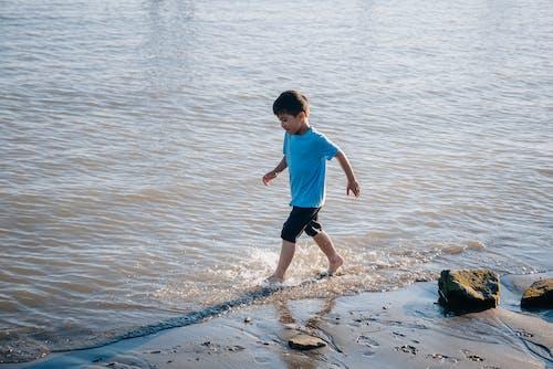キッド, ビーチ, フルショットの無料の写真素材