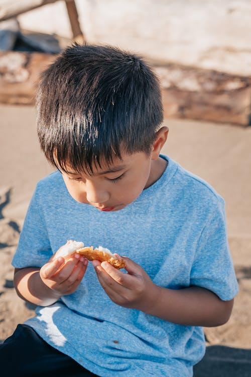 Jongen In Blauw Shirt Eet Gefrituurd Voedsel