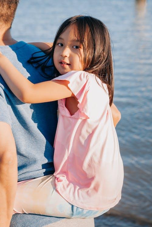 Immagine gratuita di bambino, carino, giro sulle spalle
