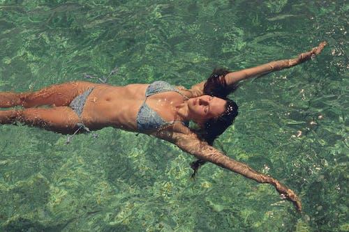 Darmowe zdjęcie z galerii z basen, bikini, czas wolny