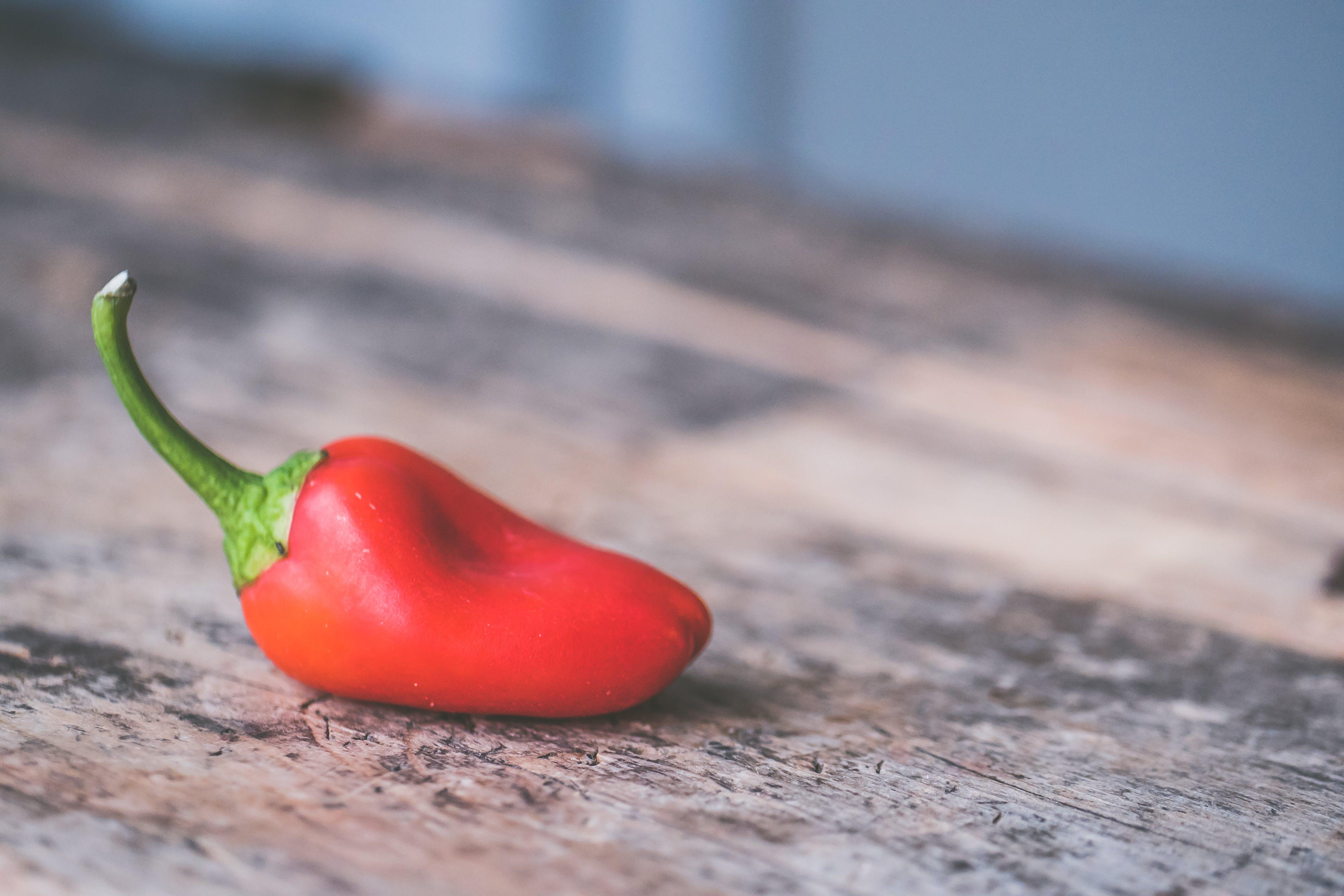 Darmowe zdjęcie z galerii z chili, czerwona papryka, czerwony, drewno