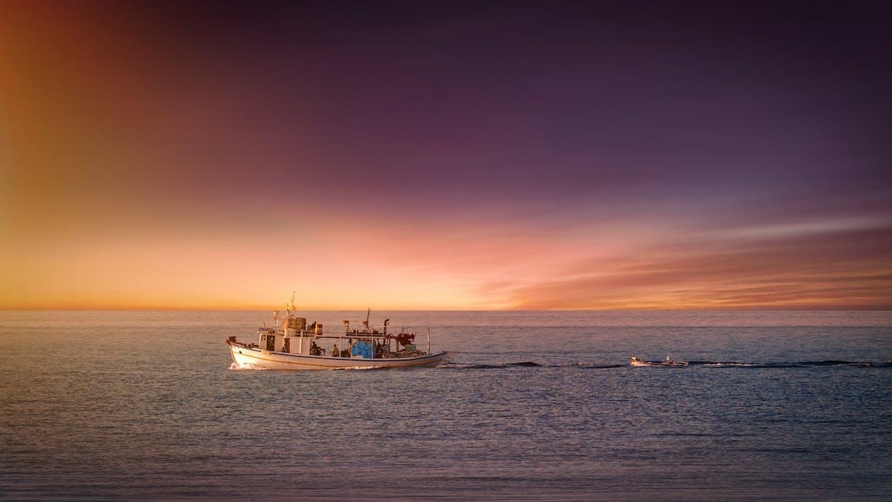 Δωρεάν στοκ φωτογραφιών με ακτή, αλιευτικό σκάφος, απόγευμα
