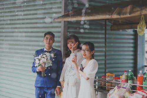 アジア人, ウェディングドレス, お祝いの無料の写真素材