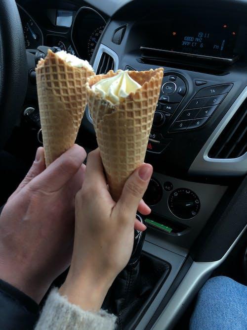 Immagine gratuita di coni, gelato, mani