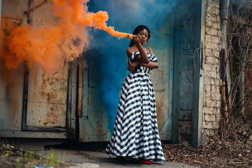 Δωρεάν στοκ φωτογραφιών με βλέπω, γυναίκα, γυναικεία μόδα, καπνίζω