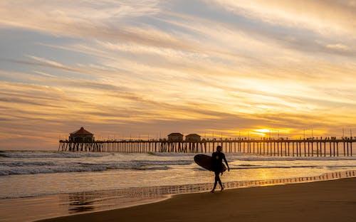 Darmowe zdjęcie z galerii z deska surfingowa, ocean, osoba