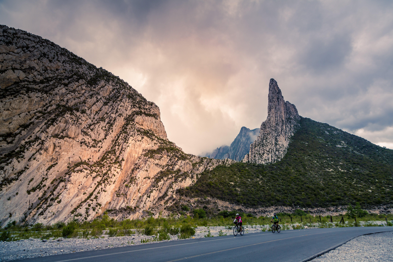 Бесплатное стоковое фото с гора, облачное небо, рок, улица