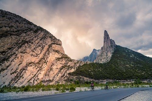 Foto profissional grátis de céu nublado, montanha, natue, pedra