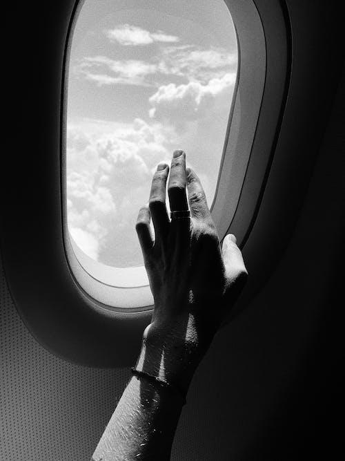 Gratis lagerfoto af fly vindue, gråtoneskala, hånd