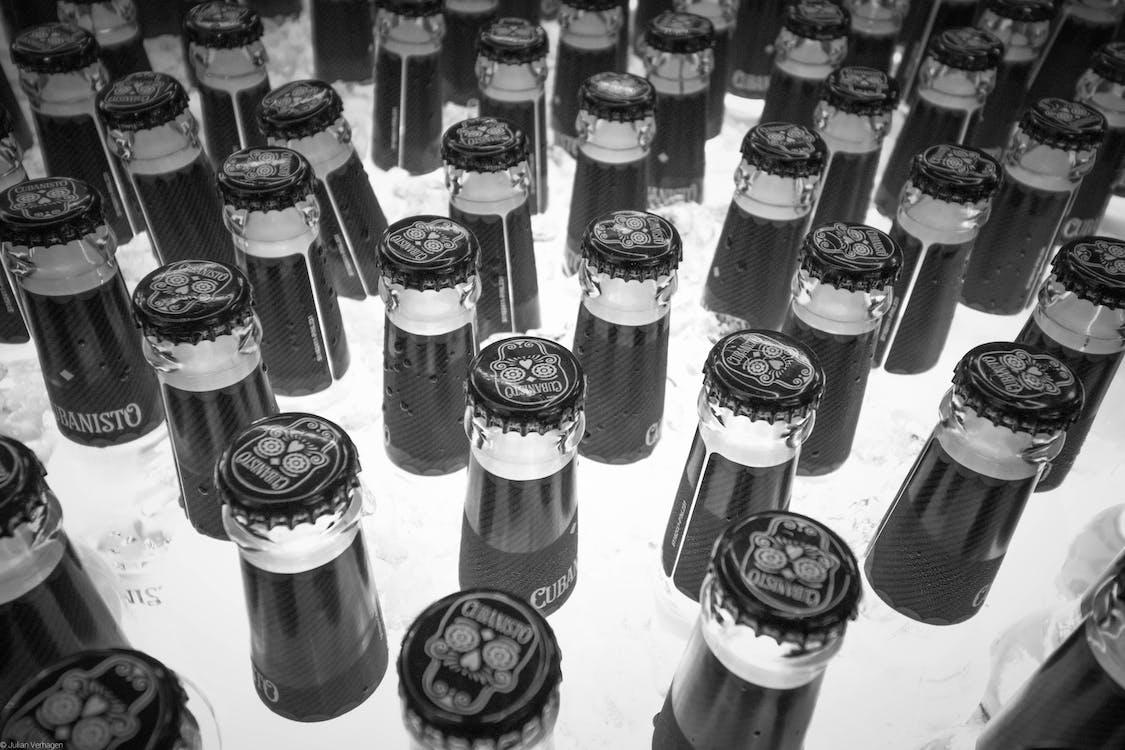 Photos gratuites de bière, bouteille de bière, noir et blanc