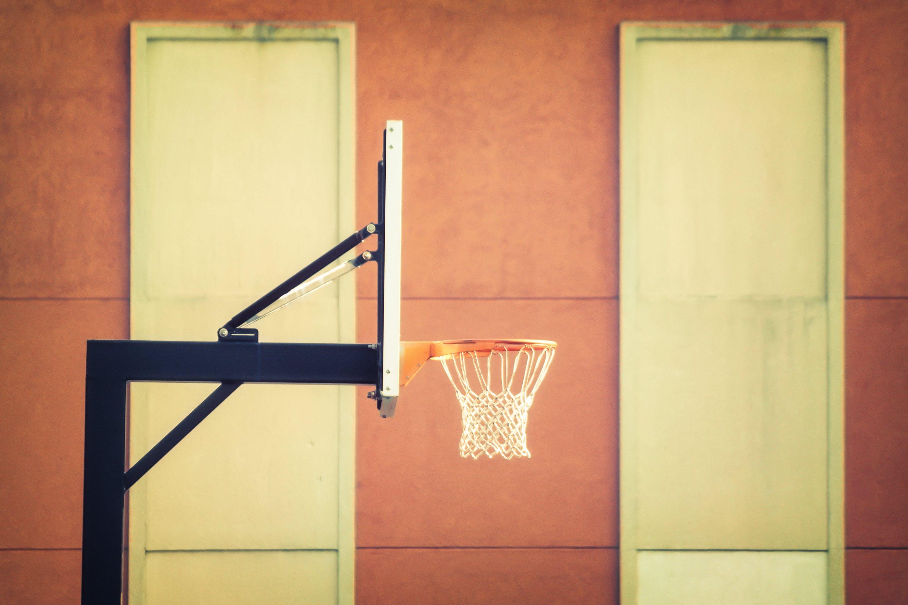 Základová fotografie zdarma na téma Basketbalový koš, interiér, obruč, pohled zboku
