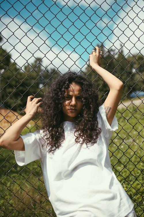 アフリカ系アメリカ人, カメラ目線, フェンスの無料の写真素材