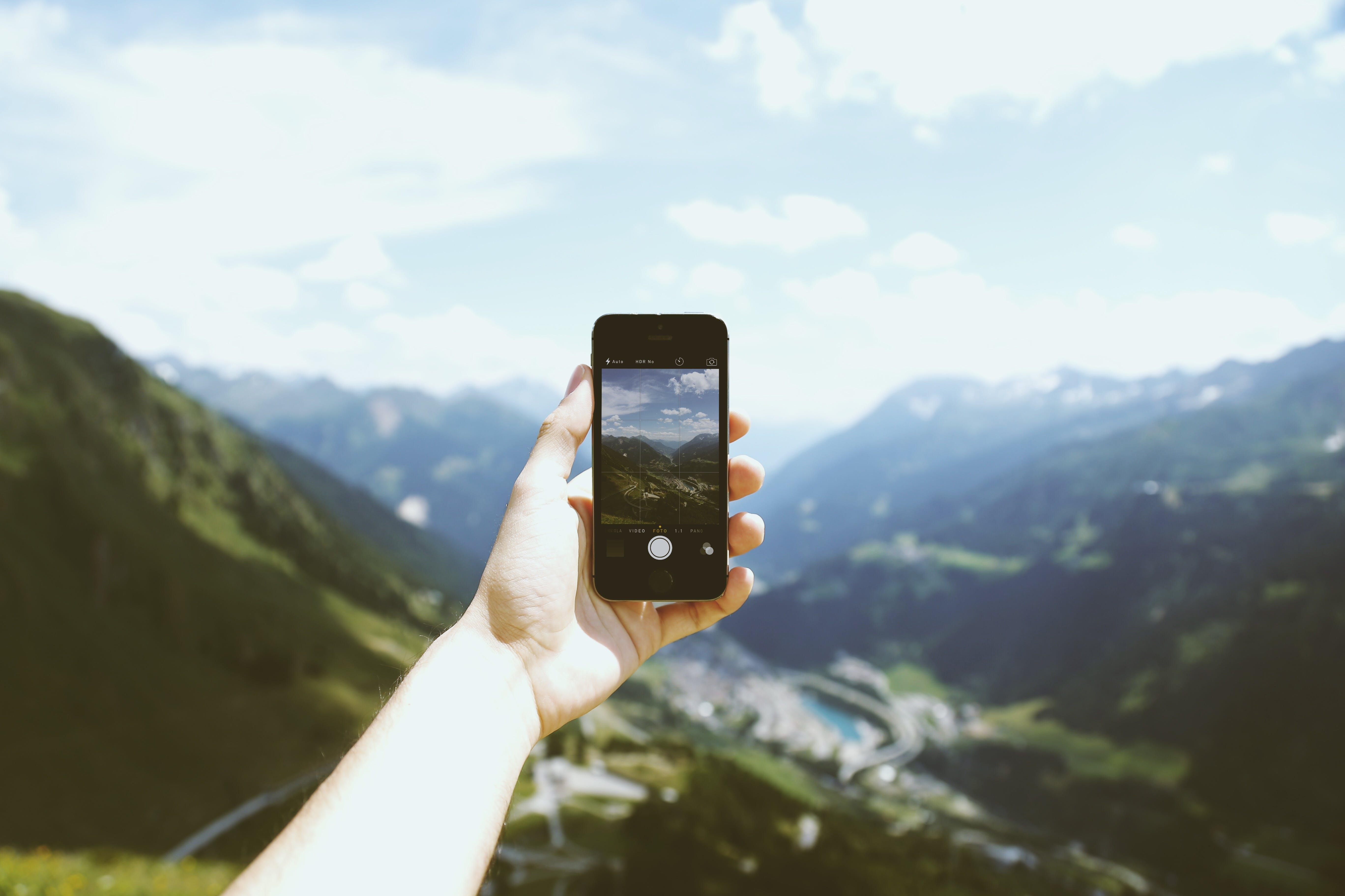 Kostenloses Stock Foto zu landschaft, berge, person, hand