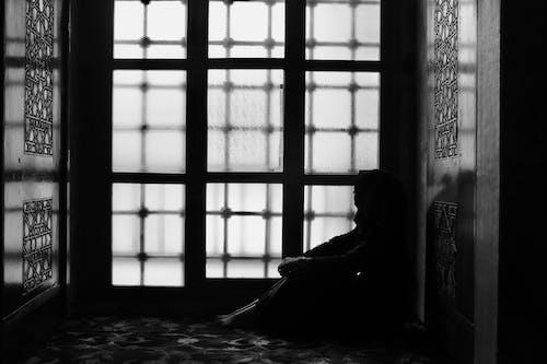 Gratis lagerfoto af alene, gråtoneskala, gulv