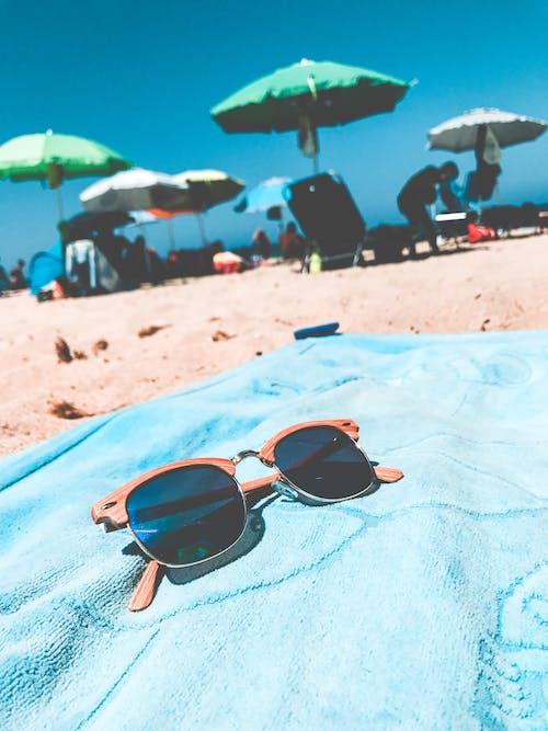 Foto profissional grátis de água, areia, beira-mar, cadeira