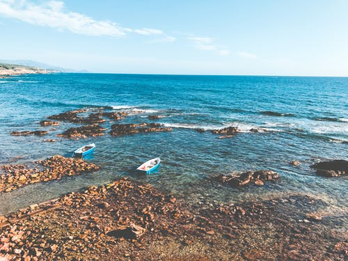 Photos gratuites de bateaux, bord de mer, cailloux, côte rocheuse